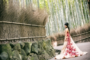 A woman wearing a dress posing at the bamboo grove in Arashiyama for a pre-wedding photo