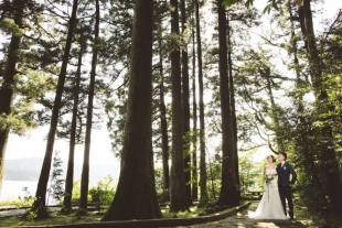 A couple posing in cedar forest in Hakone for pre-wedding photo with CHikA