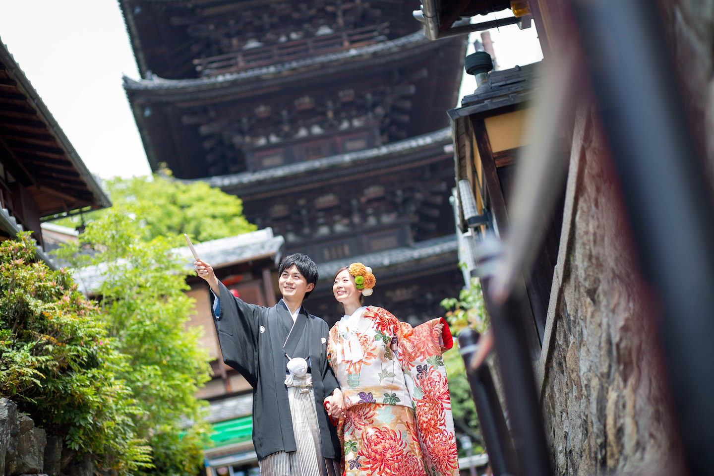 A couple looking up at the sky wearing kimono standing in front of Toji temple for pre-wedding photo