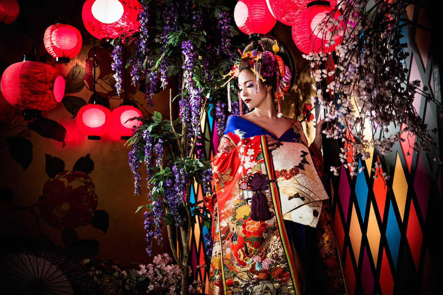 Picture of sexy oiran dressed up with colorful Kimono for make-over photo shoot in Kyoto, Japan. Photo taken by Studio Esperanto.
