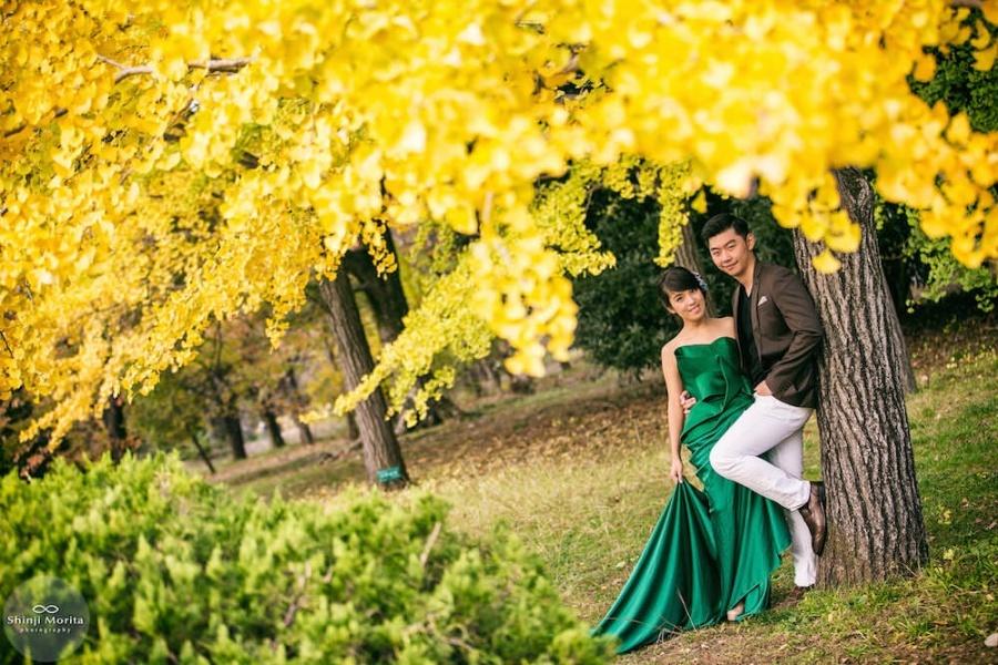 A couple posing for their pre-wedding photo in Kyoto botanical garden in Autumn