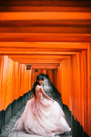 Pre-wedding photo at Fushimiinari, Kyoto with woman wearing beautiful pink dress
