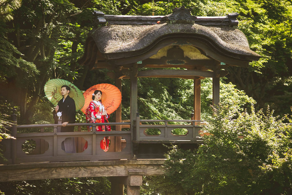 Pre-wedding photo by CHiKA of a couple wearing traditional kimono at a temple