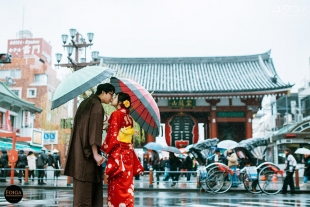 Pre-wedding photo in kimono in front of Kaminarimon gate in Asakusa