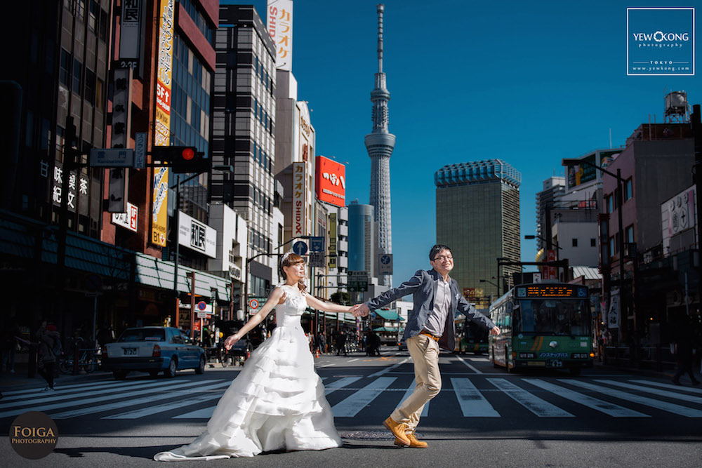 Pre-wedding photo in wedding dress crossing the road in front of sky tree