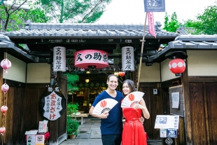 A couple posing in Gion for vacation photo with Yusuke HImi