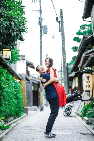 A couple cuddling in the street of Gion for vacation photo with Yusuke HImi