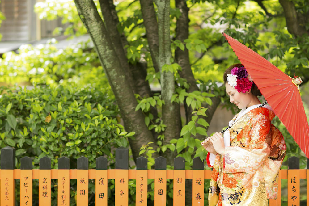 Pre-wedding photo of a lady in a traditional kimono in Kyoto by Yusuke Himi