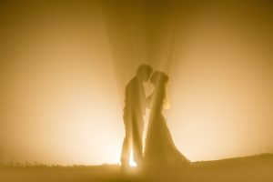 Photo by Masayuki of a couple kissing in beautiful ray of lights