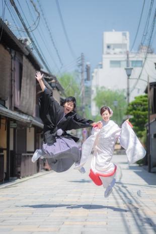 Playful kimono photoshoot in Gion, Kyoto