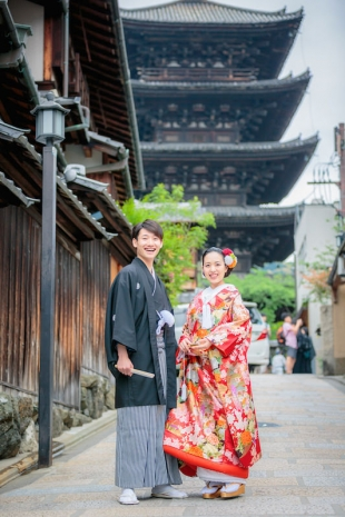 Kimono photoshoot in Gion, Kyoto with 5 story pagoda in the background