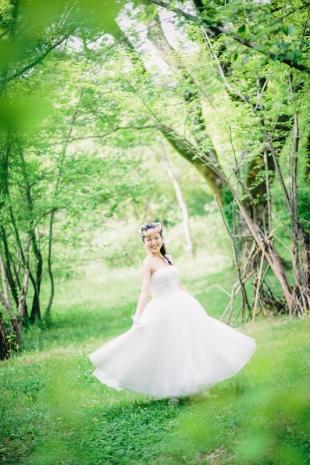 Pre-wedding photo in fresh green garden in Kyoto
