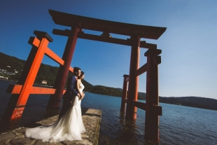 A couple posing at Hakone shrine for pre-wedding photo with CHikA